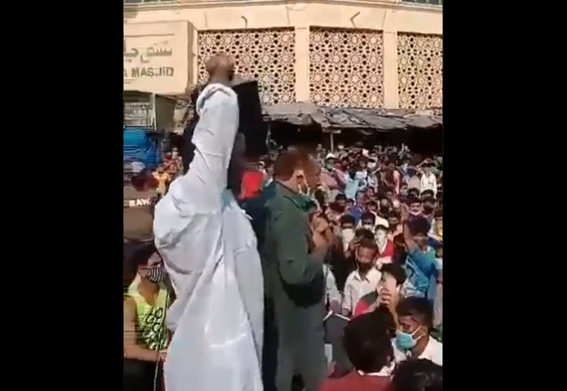 Community leader in Mumbai tries to convince migrants to home in the name of allah