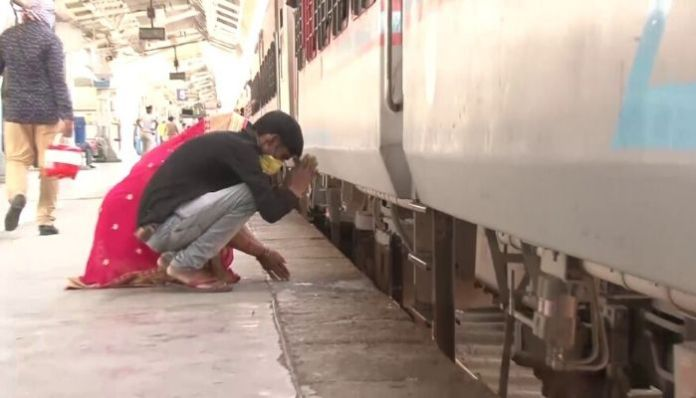 Watch: Migrant worker in Gujarat bows down to her Karmabhoomi