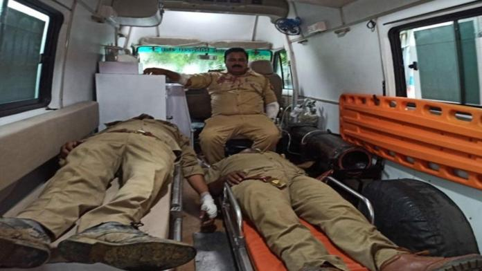 Doctors tending to the injured claimed 4 police officials were injured in the encounter