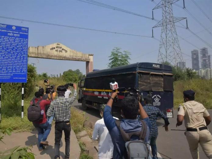 Arnab being taken to Taloja Jail