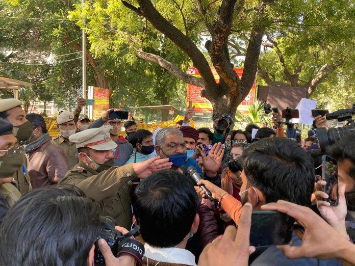 Mandeep Punia protests at Delhi Police headquarters