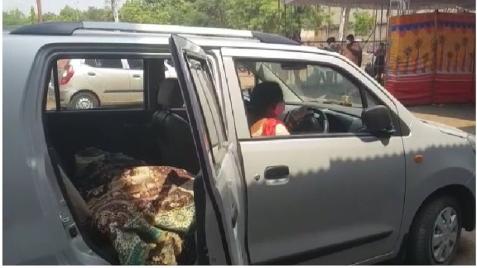 Nashik daughter carrying her mothers mortal remain in the car