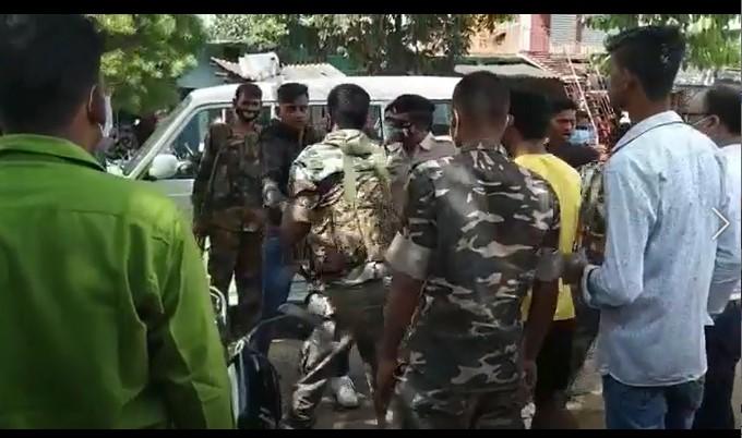 Cops in Chatra district of Jharkhand beating an army man Pawan Kumar Yadav