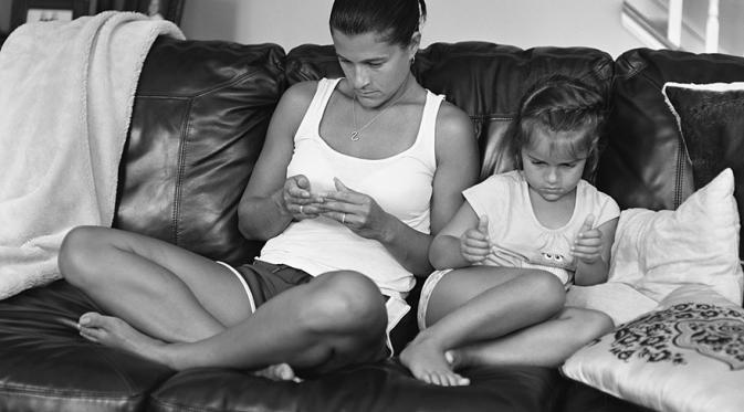 10 Foto Efek Negatif Gadget Di kehidupan Sosial