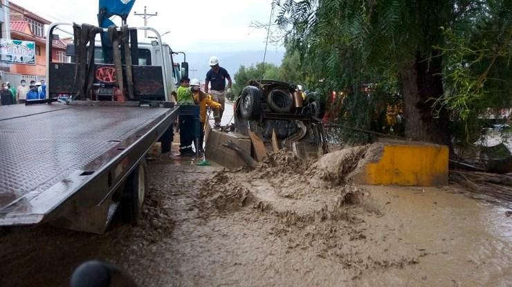 Policía y vecinos intenta retirar un auto que entro a un canal al noroeste de la ciudad. Dico Solís