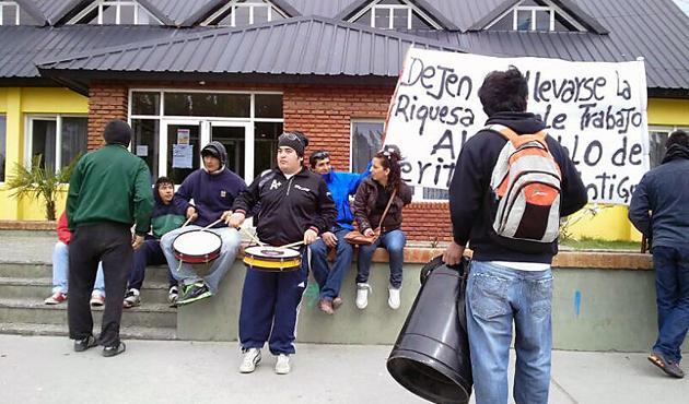 Los desocupados frente al Municipio de Perito Moreno - Foto: OPI Santa Cruz