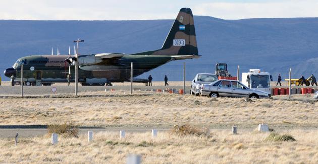 El Hercules de la FAA en plena operación de carga y descarga en el aeropuerto de Río Gallegos - Foto: OPI Santa Cruz/Francisco Muñoz