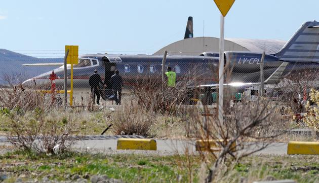 Diego Bossio aborda el avión LV-CPL en el que regreso a Buenos Aires - Foto: OPI Santa Cruz/Francisco Muñoz