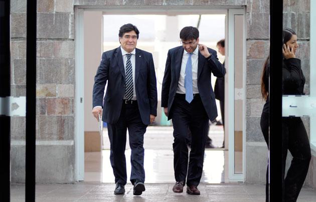 El titular de la ANSES Diego Bossio junto a Carlos Zannini llegan al aeropuerto d Río Gallegos - Foto: OPi Santa Cruz/Francisco Muñoz