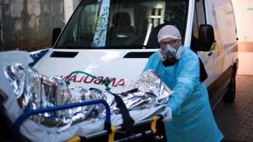 A-rotina-sob-pressão-dentro-de-uma-ambulância-que-carrega-pacientes-com-covid-19-1