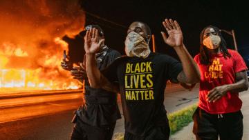 Screenshot_2020-08-25-EUA-têm-nova-onda-de-protestos-após-policial-atirar-nas-costas-de-homem-negro-em-Wisconsin