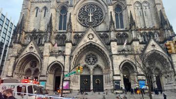 homem-abre-fogo-em-catedral-de-ny