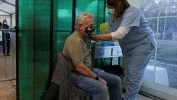 idoso-sendo-vacinado
