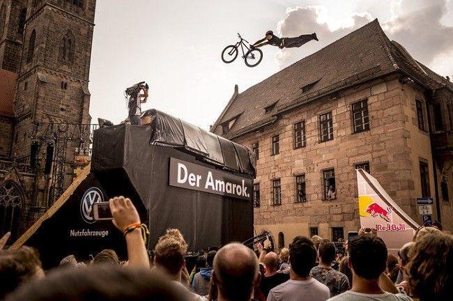 szymon-godziek-superman-seat-grab-red-bull-district-ride-2014