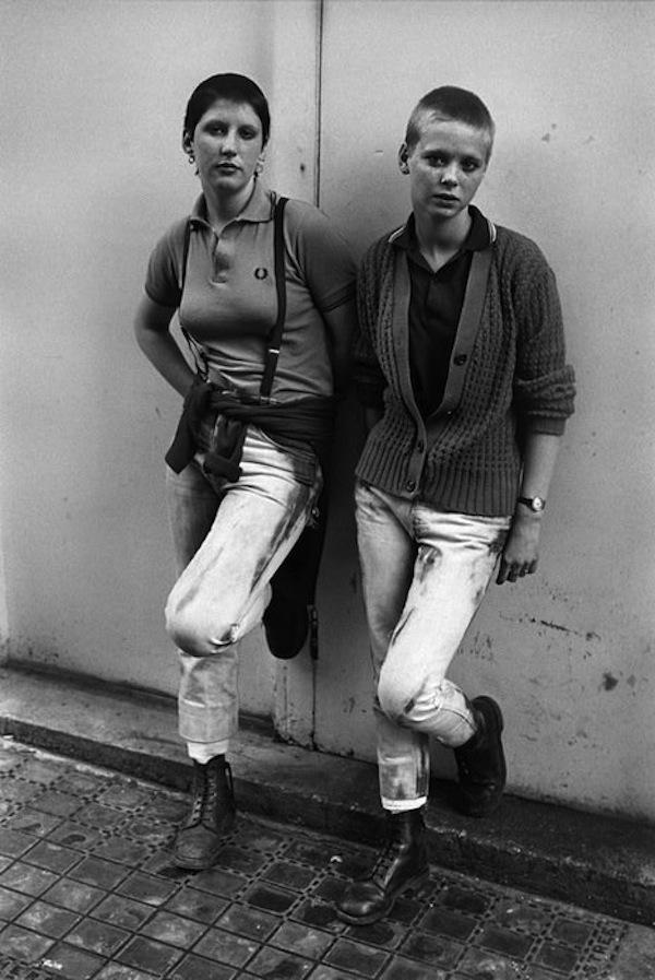 Deux skinheads photographiées un jour férié à Brighton.