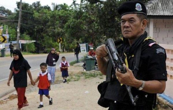 648x415_militaire-thailandais-monte-garde-tandis-jeunes-musulmans-vont-a-ecole-sud-ouest-pays-14-mai-2012