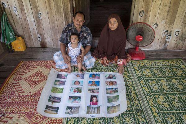 thailande-chemuk-mamaa-et-son-epouse-bluka-perak-derriere-les-photos-de-leurs-trois-fils-assassines-en-2014_5389761