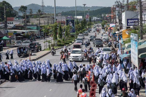 thailande-des-etudiantes-voilees-a-la-sortie-des-cours-dans-la-ville-de-yala_5389773