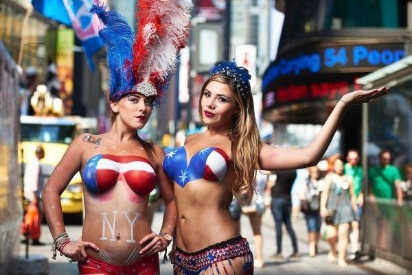 times-square-new-york-topless-performers-touriste