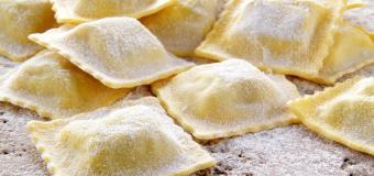 Besoin de fraîcheur et de vacances à l'italienne ? Prépare des raviolis burrata aux lardons