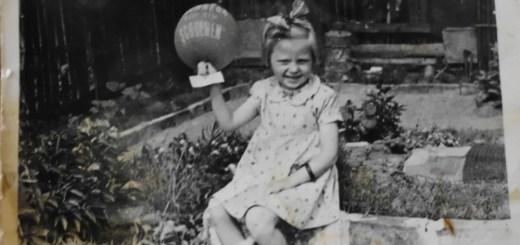 Danuta - córka pani Urszuli w ogrodku 1957 rok