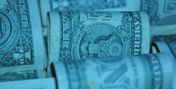 Fortaleza del dólar hace retroceder al peso; BMV también pierde