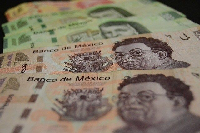 El peso inicia la sesión con una depreciación de 0.33% o 6.3 centavos, cotizando alrededor de 18.84 pesos por dólar, perdiendo de nuevo por una mayor percepción de riesgo en los mercados financieros ante el riesgo que representa el coronavirus para el crecimiento económico global.
