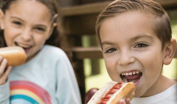Sigma Alimentos comercializa jamones, salchichas, jamones madurados, salamis, mortadelas, chorizos y tocinos, entre otros productos, utilizando carne de cerdo, res, y ave como principal materia prima.