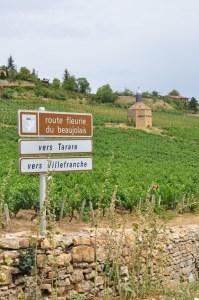 Wegwijzer bord langs de weg richting de beaujolais