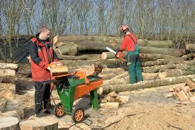 Bij Maatwurk in Gorredijk produceert men veel open haard hout. ook houdt een groep van Maatwurk het bedrijventerrein schoon.