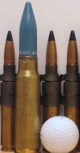 Za primerjavo: naboj 20 x 102 mm Vulkan v družbi žogice za golf in nabojev .50 BMG. Vulkan ima na ustju cevi enkrat večjo energijo kot 50 cal (Foto: Wikipedia)