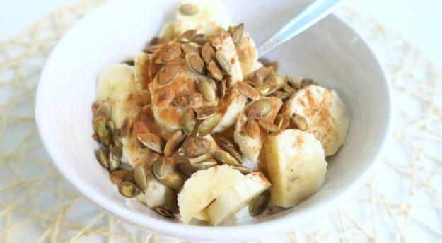 Magere kwark met banaan en pompoenpitten