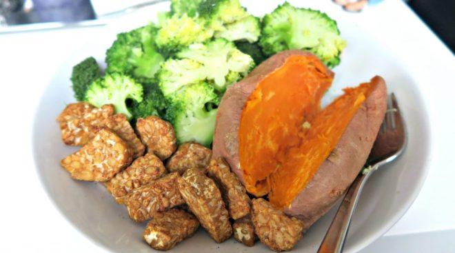 tempeh met broccoli en zoete aardappel