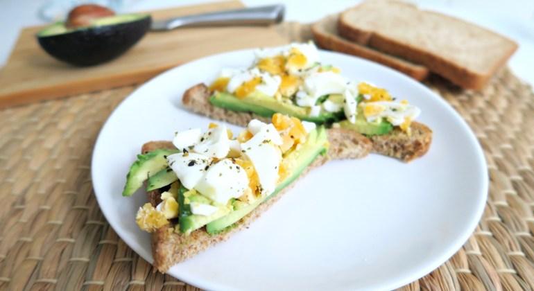 Toast met ei en avocado