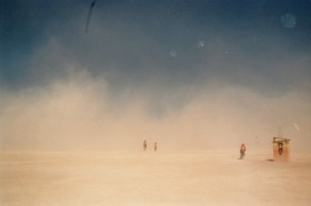 Sandstorm fejer hen over ørkenen