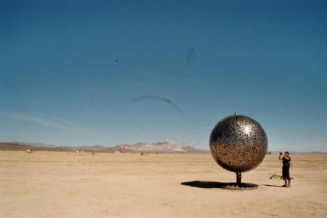 Stor globus af metal