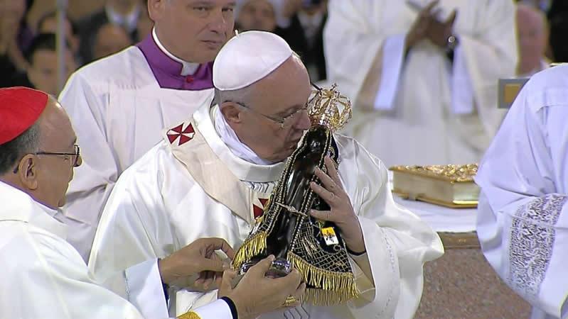 O Papa beijando a imagem da santa