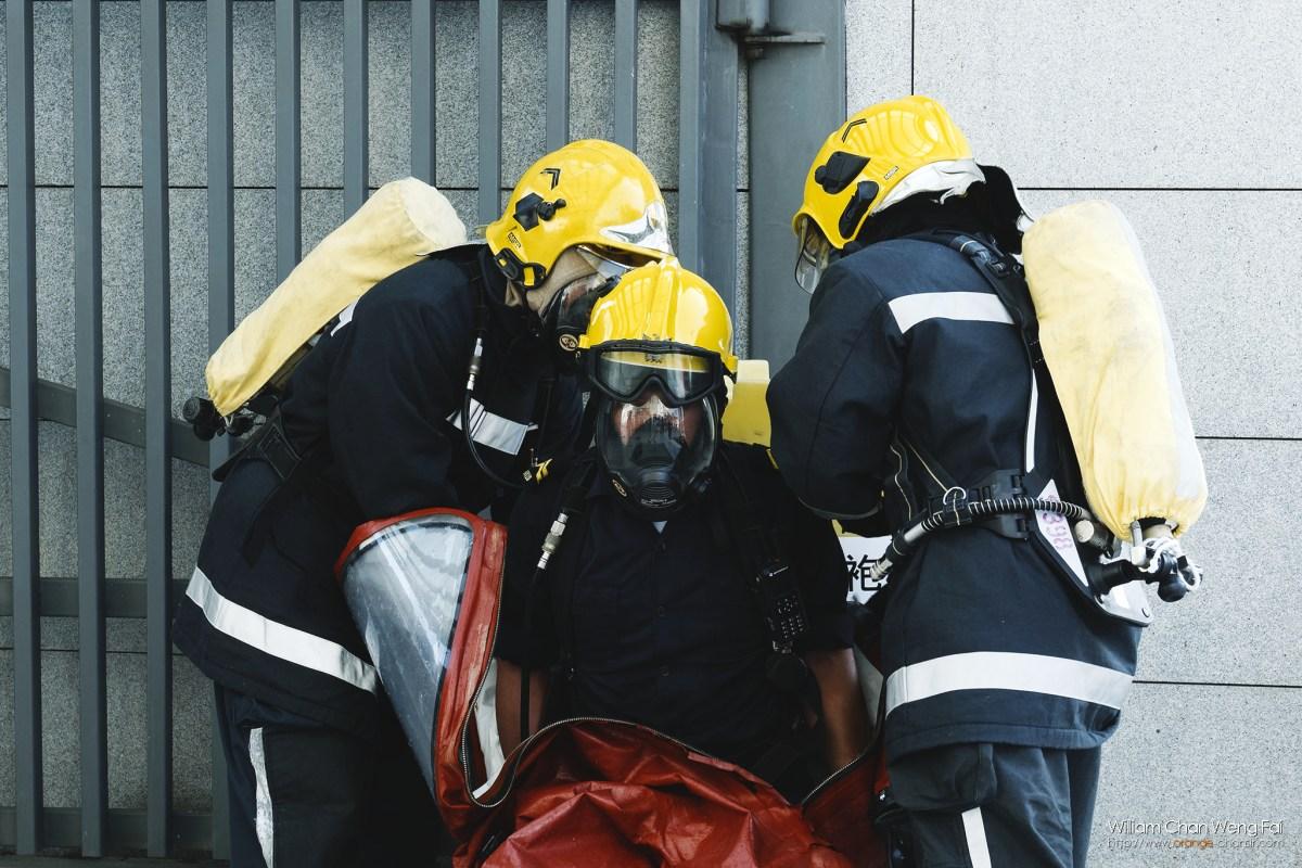 正穿著防護服的消防員。