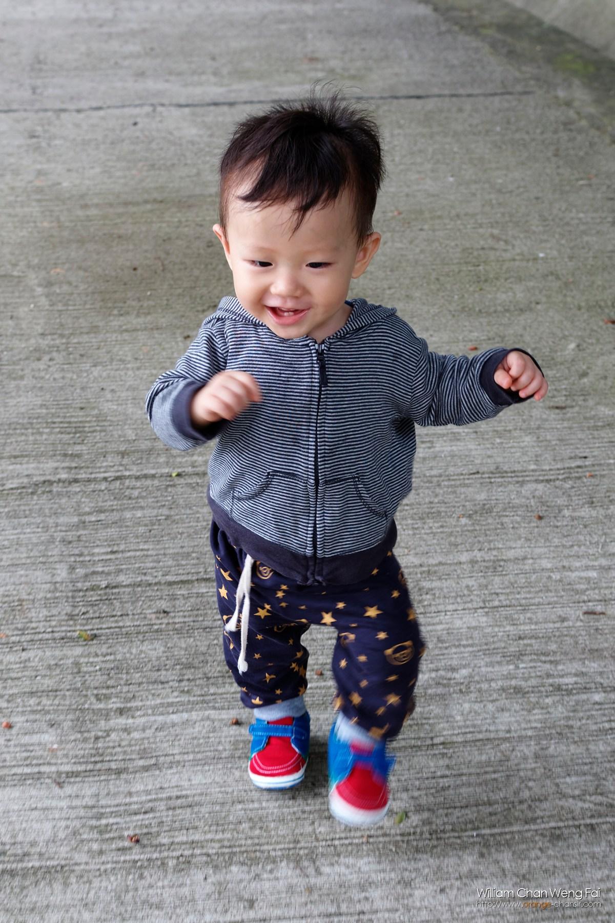 當年一歲多點,很快就學懂走路的哥哥。