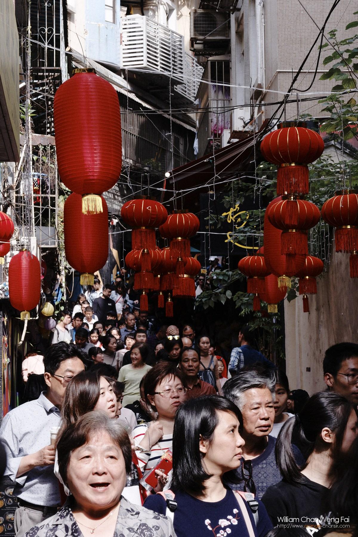 人潮管制措施下,人頭湧湧的窄街。