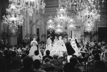 Sfilata (fashion show) in Sala Bianca, 1955, Archivio Giorgini. Photo by: G.M. Fadigati – Copyright: Giorgini Archive, Florence.