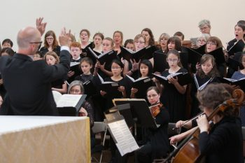 Blake Applegate conducting Cantores in Ecclesia sing Durufle's Requiem at Mt. Angel in 2018. Photo courtesy of CiE.