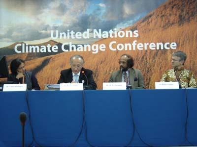 Paneelissa IPCC:n puheenjohtaja Pachauri ja IEA:n johtaja Tanaka.