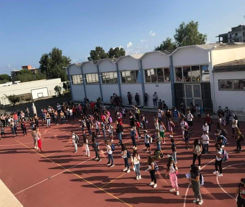 """Barcellona PG. Il ritorno a scuola degli alunni della Secondaria di 1° grado """"Foscolo"""" fra apprensione ed emozione"""