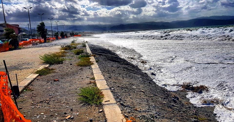 Barcellona PG. Forte mareggiata sulla costa tirrenica. Strade in pericolo