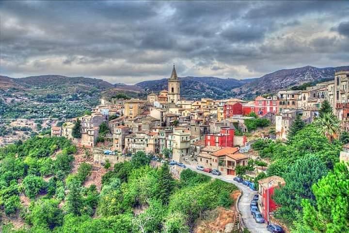 Il Giro di Sicilia nel borgo di Novara. GPM a Portella Mandrazzi