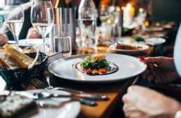 Ausschnitt eines gedeckten Tisches im Restaurant