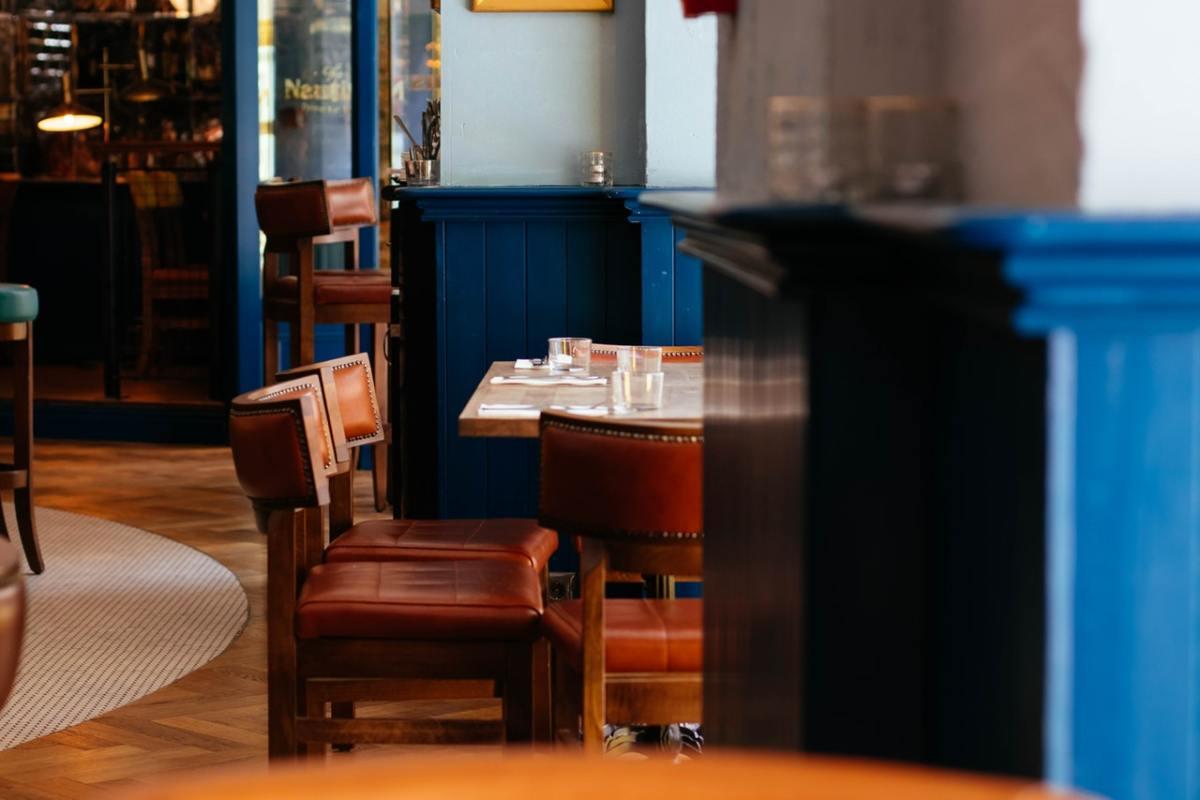 braune Lederstühle in einem Café