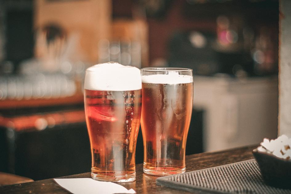 Zwei Bier auf einem Tresen in einer Gastronomie mit Schanklizenz