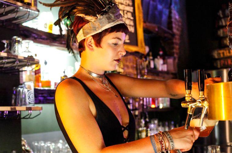 Barkeeperin an der Bar beim Gastro-Gründerpreis-Gewinner Zum Starken August
